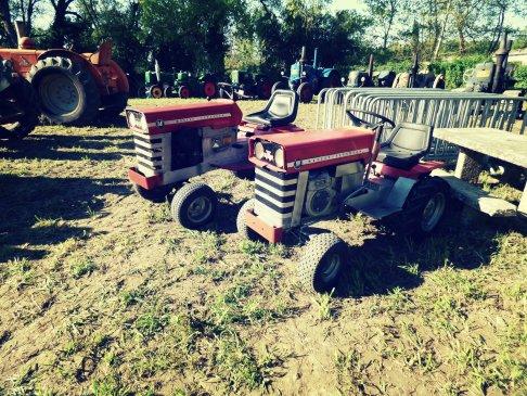 Ces tondeuses Massey Ferguson imitent parfaitement leurs grands frères les tracteurs des séries 100 et 200, n'est-ce pas ? Très amusante découverte !